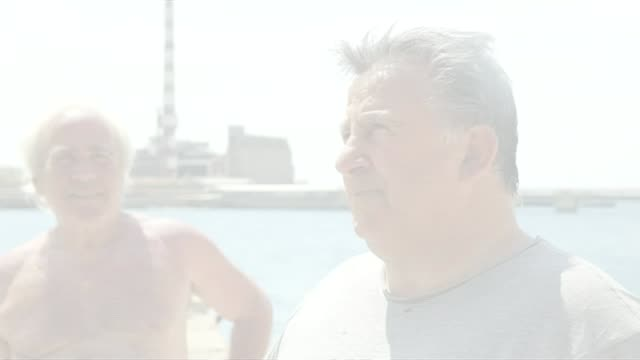 vidéos et rushes de yanis varoufakis expects to agree deal with imf over repaying bailout loan pireas container ship out at sea men sitting by shack nikos simeonidis... - cahute