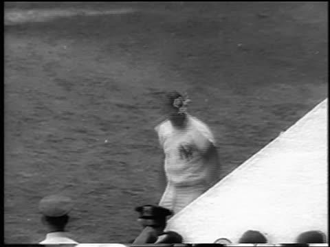 vídeos y material grabado en eventos de stock de yankee roger maris exiting dugout doffing cap after hitting 61st home run / newsreel - uniforme de béisbol