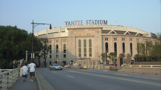 stockvideo's en b-roll-footage met ws yankee stadium with traffic on street in foreground, bronx / new york city, new york, usa - westers schrift