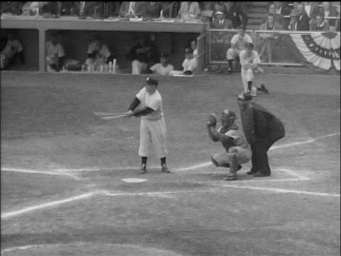 vídeos de stock e filmes b-roll de yankee yogi berra at bat waiting for pitch / world series / yankee stadium - camisola de basebol