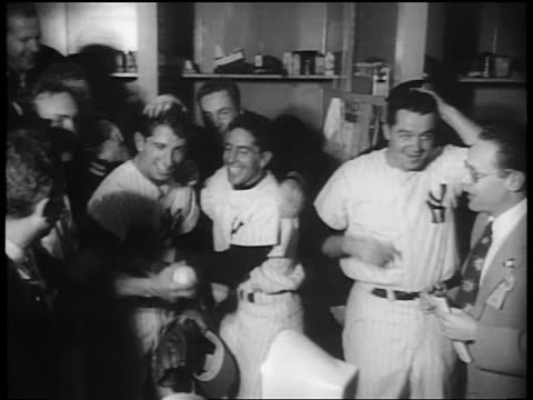 vídeos de stock e filmes b-roll de yankees players hugging rubbing head of billy martin in locker room / nyc - camisola de basebol