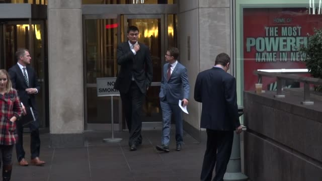 vidéos et rushes de yao ming leaving the fox friends show celebrity sightings in new york on nov 12 2014 in new york city new york - ming