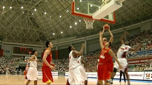 vidéos et rushes de yao ming playing in basketball match scoring goal - ming