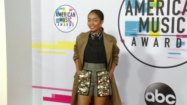 yara shahidi at 2017 american music awards on november 19 2017 in los angeles california - american music awards video stock e b–roll