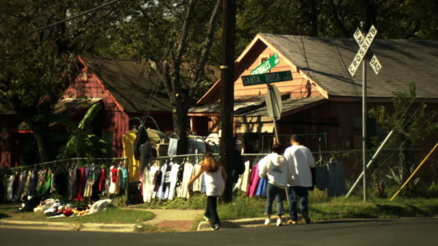 vidéos et rushes de ws, yard sale on street corner, austin, texas, usa - brocante
