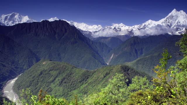 vídeos y material grabado en eventos de stock de yarlung tsangpo river winds through lush valley with mountains beyond, tibet, china - lozano