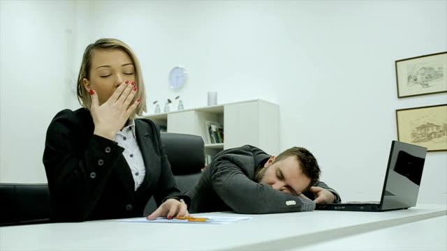 vídeos de stock e filmes b-roll de yawning in the office - bocejar