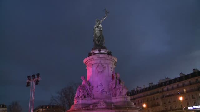 vídeos de stock, filmes e b-roll de a year after a million and a half people thronged paris in solidarity with the victims of the attack on satirical weekly charlie hebdo the... - sátira
