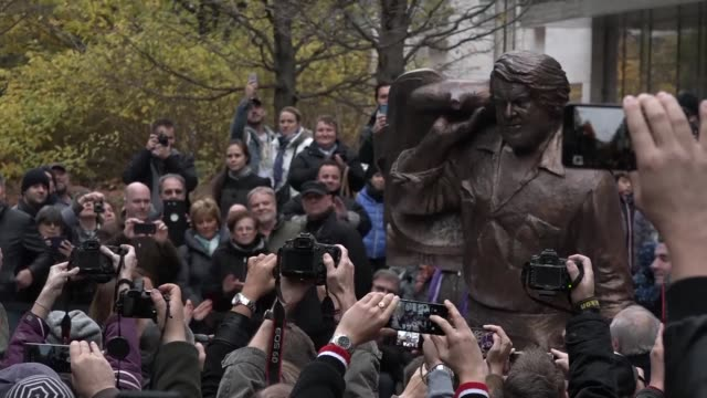 a year after his death a massive bronze statue of spaghetti western actor bud spencer born carlo pedersoli in 1929 is unveiled in budapest before a... - statuetta video stock e b–roll