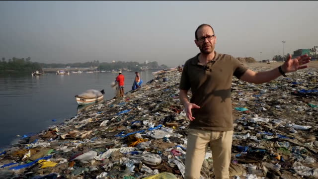 a year ago our science correspondent thomas moore reported from a beach in mumbai that had been devastated by plastic waste 12 months on thomas has... - プラスチック点の映像素材/bロール
