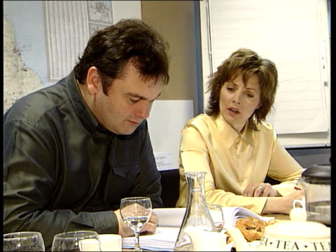 stockvideo's en b-roll-footage met itn england london i/c television presenters carol vorderman eamonn holmes sitting at table during meeting ms producers sitting at table during... - eamonn holmes