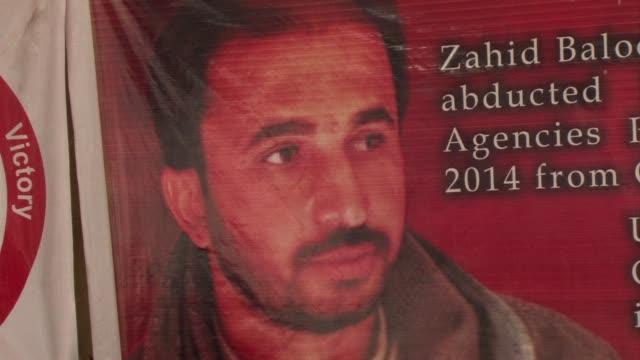 vídeos y material grabado en eventos de stock de a 23 year old baloch man has been on a hunger strike for 32 days outside the karachi press club to demand the return of zahid baluch the chairman of... - presidente de organización