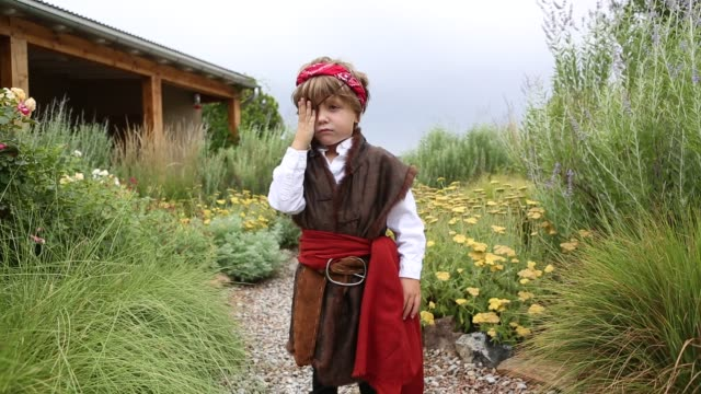 4 year old boy dressed as a pirate - 縛られる点の映像素材/bロール
