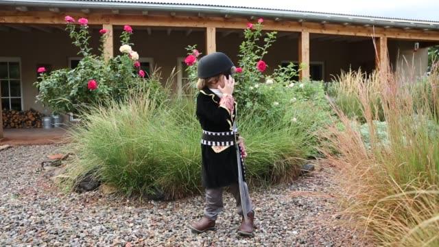 4 year old boy dressed as a pirate - 4歳から5歳点の映像素材/bロール