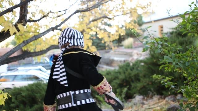 vídeos de stock, filmes e b-roll de 4 year old boy dressed as a pirate - animal de brinquedo