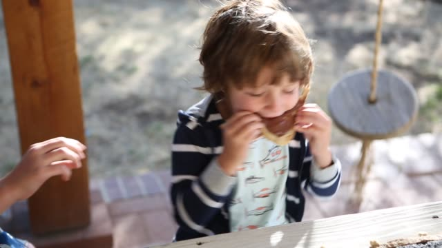 vidéos et rushes de 4 year old boy eating chocolate spread on toast - en cas