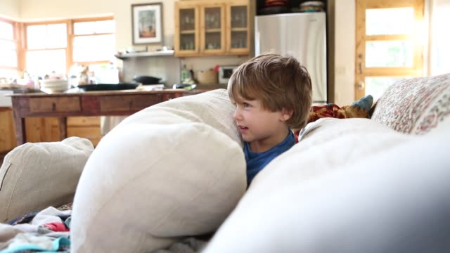 vídeos y material grabado en eventos de stock de 4 year old boy hiding behind pillows - cojín
