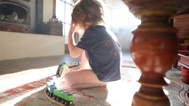 vidéos et rushes de 3 year old boy playing - moquette
