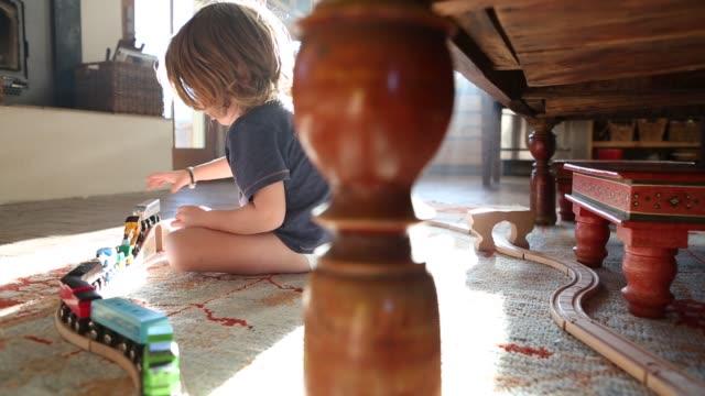 3 year old boy playing - 床に座る点の映像素材/bロール