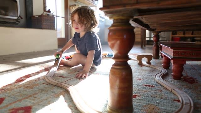 3 year old boy playing - ワイドショット点の映像素材/bロール