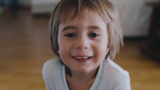 vidéos et rushes de 2 year old boy smiling - 2 3 ans