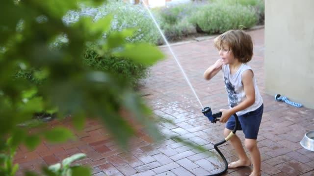 4 year old boy using garden hose - 4 5 år bildbanksvideor och videomaterial från bakom kulisserna