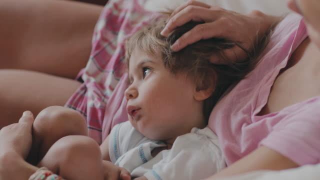 vídeos y material grabado en eventos de stock de 2 year old boy with her mother - en el regazo