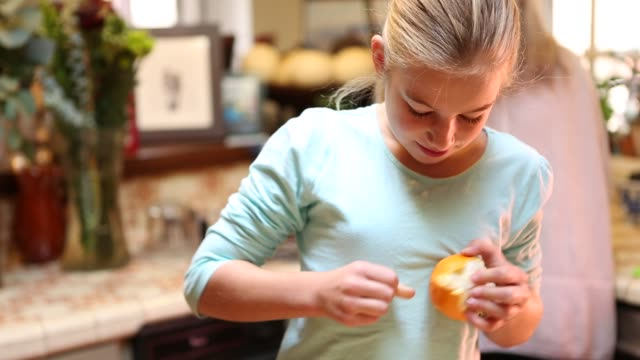 stockvideo's en b-roll-footage met 9 year old girl and her grandmother in the kitchen - schil