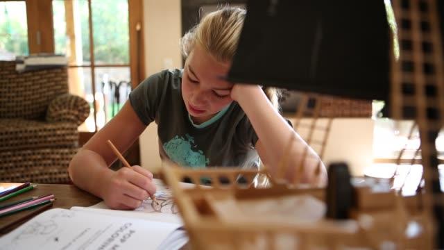 12 year old girl drawing - 12 13 år bildbanksvideor och videomaterial från bakom kulisserna