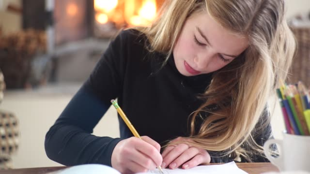 10 year old girl drawing - 10 11 jahre stock-videos und b-roll-filmmaterial