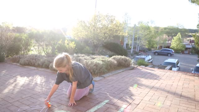 10 year old girl drawing with chalk - 10 11 jahre stock-videos und b-roll-filmmaterial