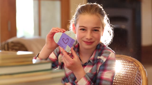 10 year old girl holding heart - 10 11 jahre stock-videos und b-roll-filmmaterial