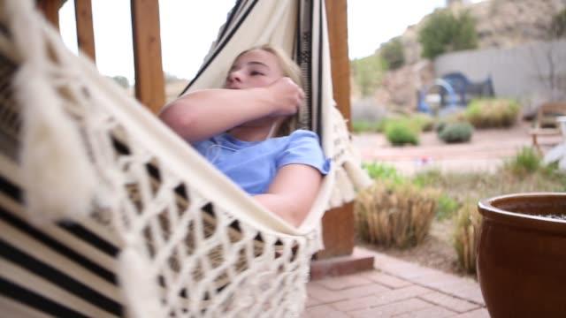12 year old girl in hammock listening to music - 12 13 år bildbanksvideor och videomaterial från bakom kulisserna