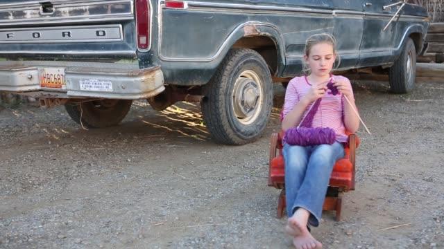10 year old girl knitting outdoors - 10 11 år bildbanksvideor och videomaterial från bakom kulisserna