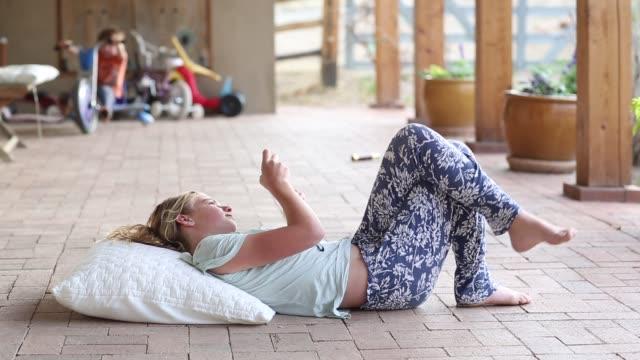 12 year old girl listening to music - 12 13 år bildbanksvideor och videomaterial från bakom kulisserna