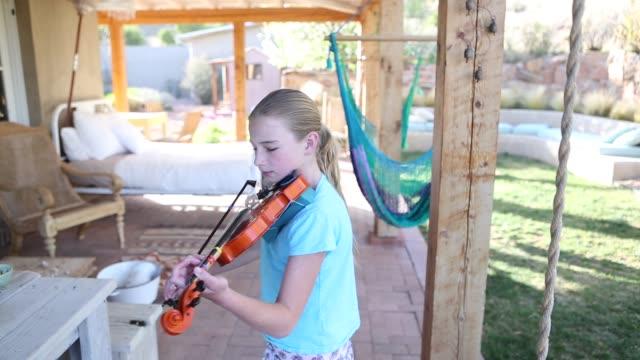 10 year old girl playing violin - 10 11 år bildbanksvideor och videomaterial från bakom kulisserna