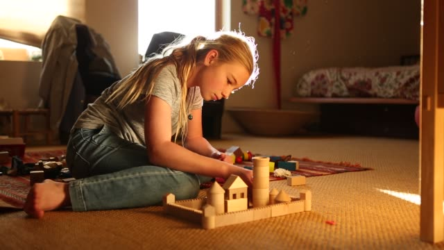 10 year old girl playing with blocks - 10 11 jahre stock-videos und b-roll-filmmaterial