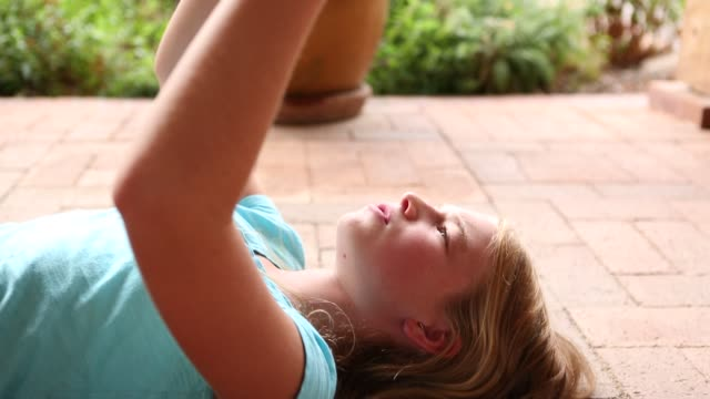11 year old girl singing - 10歳から11歳点の映像素材/bロール