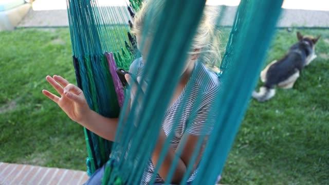 11 year old girl using smart phone - endast flickor bildbanksvideor och videomaterial från bakom kulisserna