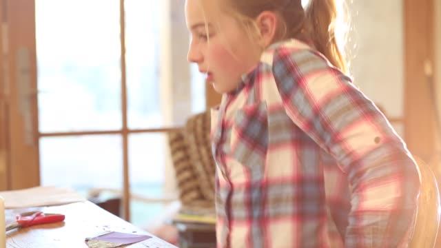 vídeos de stock, filmes e b-roll de 10 year old girl - símbolo conceitual