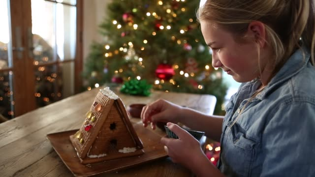 12 year old girl with ginger bread house - 12 13 år bildbanksvideor och videomaterial från bakom kulisserna