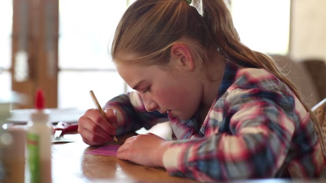 10 year old girl writing - 10 11 jahre stock-videos und b-roll-filmmaterial