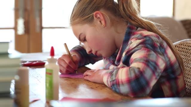 vídeos y material grabado en eventos de stock de 10 year old girl writing - camisa a cuadros