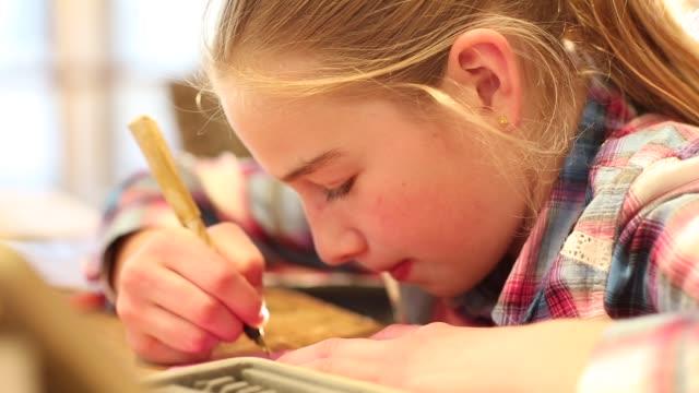10 year old girl writing - nur mädchen stock-videos und b-roll-filmmaterial