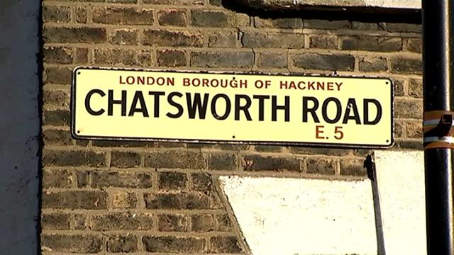 18 year old man stabbed in hackney england east london hackney chatsworth road and market stalls road sign 'chatsworth road' gvs road and market... - イーストロンドン点の映像素材/bロール