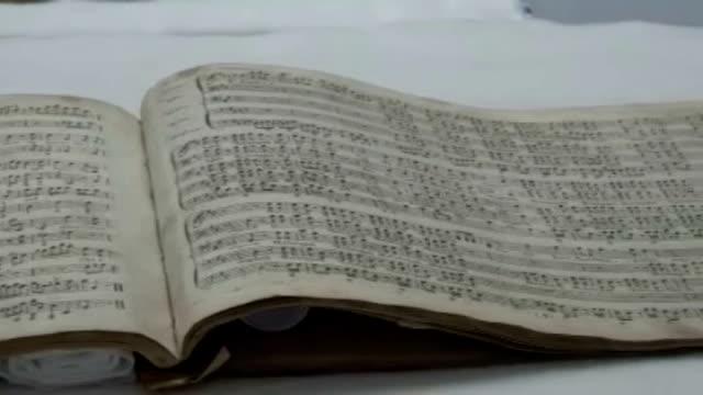 vídeos de stock e filmes b-roll de 233 year old manuscript of composer george frederick handel's messiah in glass display case - cristaleira
