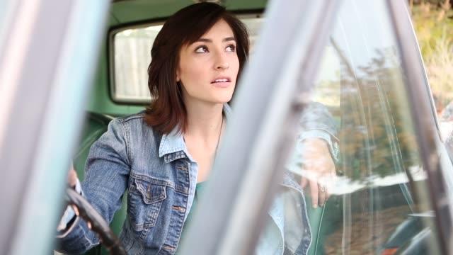 vídeos y material grabado en eventos de stock de 25 year old woman sitting in 1973 pick up truck - sólo mujeres jóvenes
