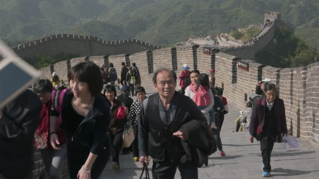 vídeos y material grabado en eventos de stock de 20 years ago you would meet a lot of foreign tourists at attractions in beijing now wherever you go all native chinese you would be very lucky if you... - paso badaling