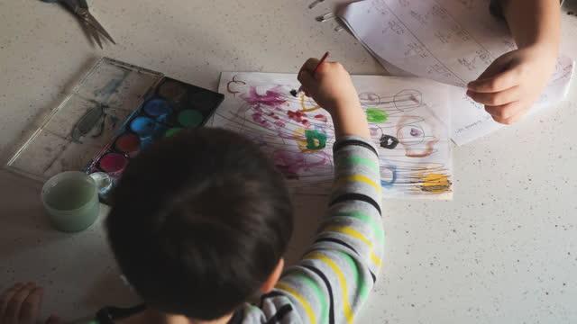 4-5 jahre kindermalerei mit aquarell zu hause - 4 5 years stock-videos und b-roll-filmmaterial
