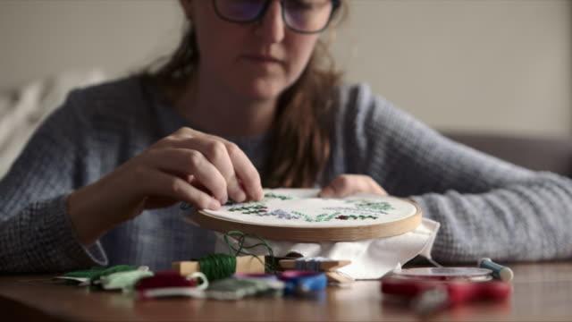 vídeos y material grabado en eventos de stock de años de costura la han convertido en una experta - tejer